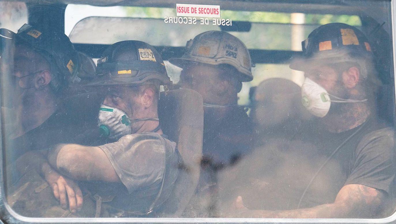 Na miejsce zdarzenia skierowano dwa śmigłowce Lotniczego Pogotowia Ratunkowego (fot. PAP/Andrzej Grygiel)