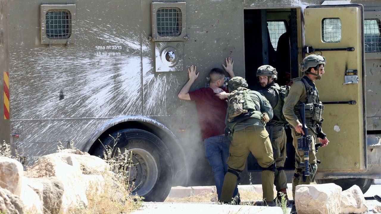 W piątek doszło też do starć Palestyńczyków z siłami izraelskimi na Zachodnim Brzegu Jordanu (fot. PAP/EPA/ALAA BADARNEH)