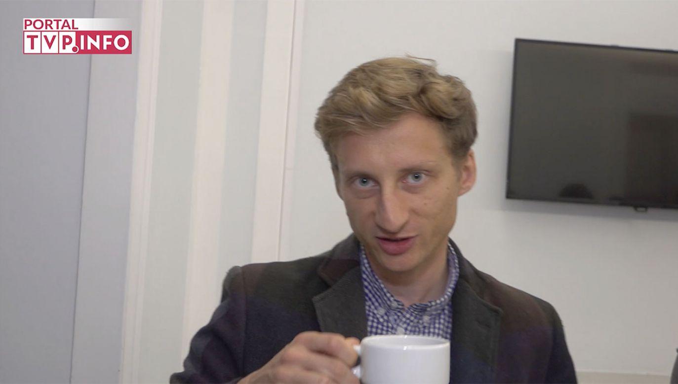 Przyszły poseł PO Franciszek Sterczewski nie chciał odpowiedzieć na pytanie, czym jest prezydium Sejmu. Twierdził, że wcześniej musi wypić kawę. (fot. TVP)