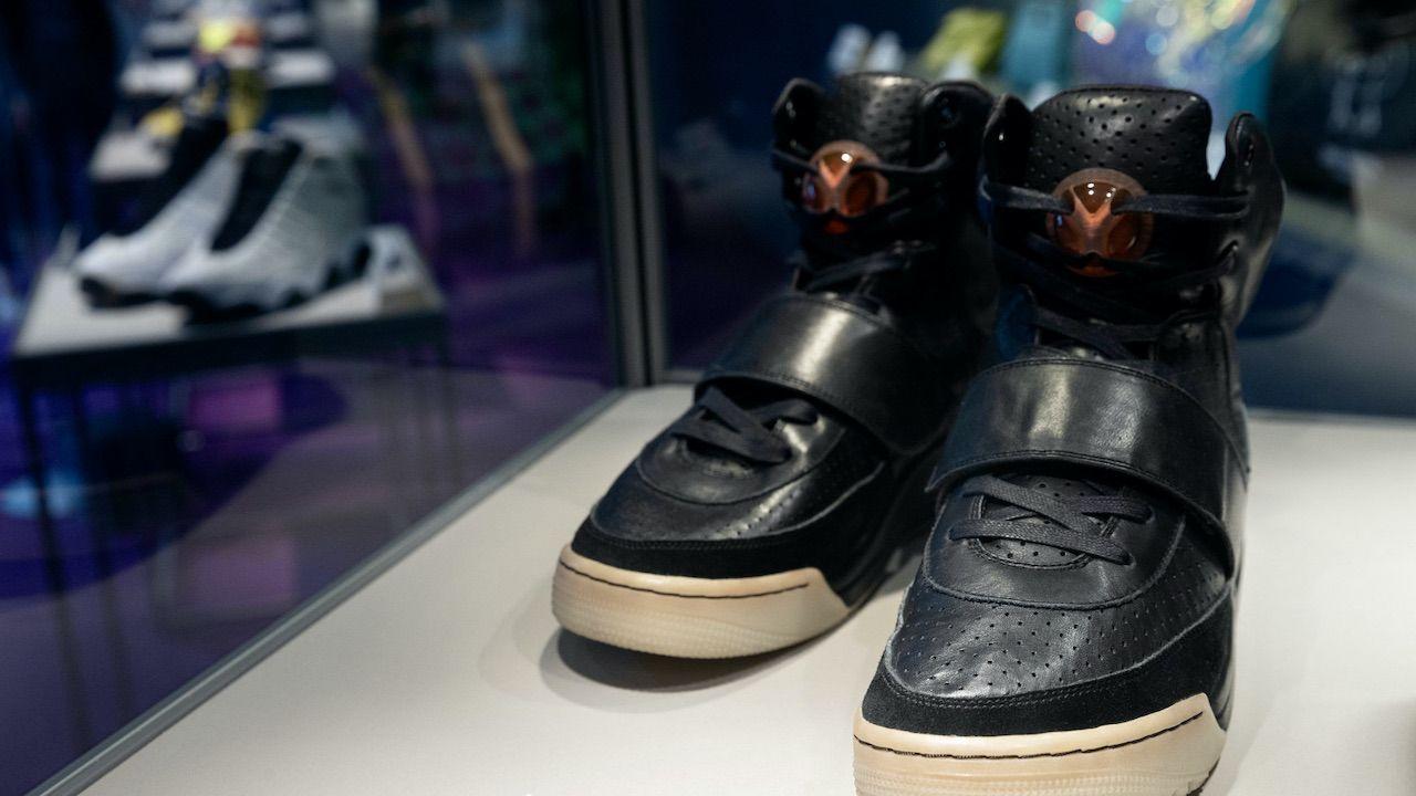 Nike Air Yeezy Kanye Westa sprzedane za rekordową kwotę 1,8 mln dolarów (fot. PAP/EPA/JEROME FAVRE)