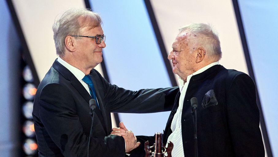 W 2017 roku podczas 42. Festiwalu Polskich Filmów Fabularnych w Gdyni Jerzy Gruza odebrał Platynowe Lwy – nagrodę za całokształt twórczości (fot. arch. PAP/Adam Warżawa)