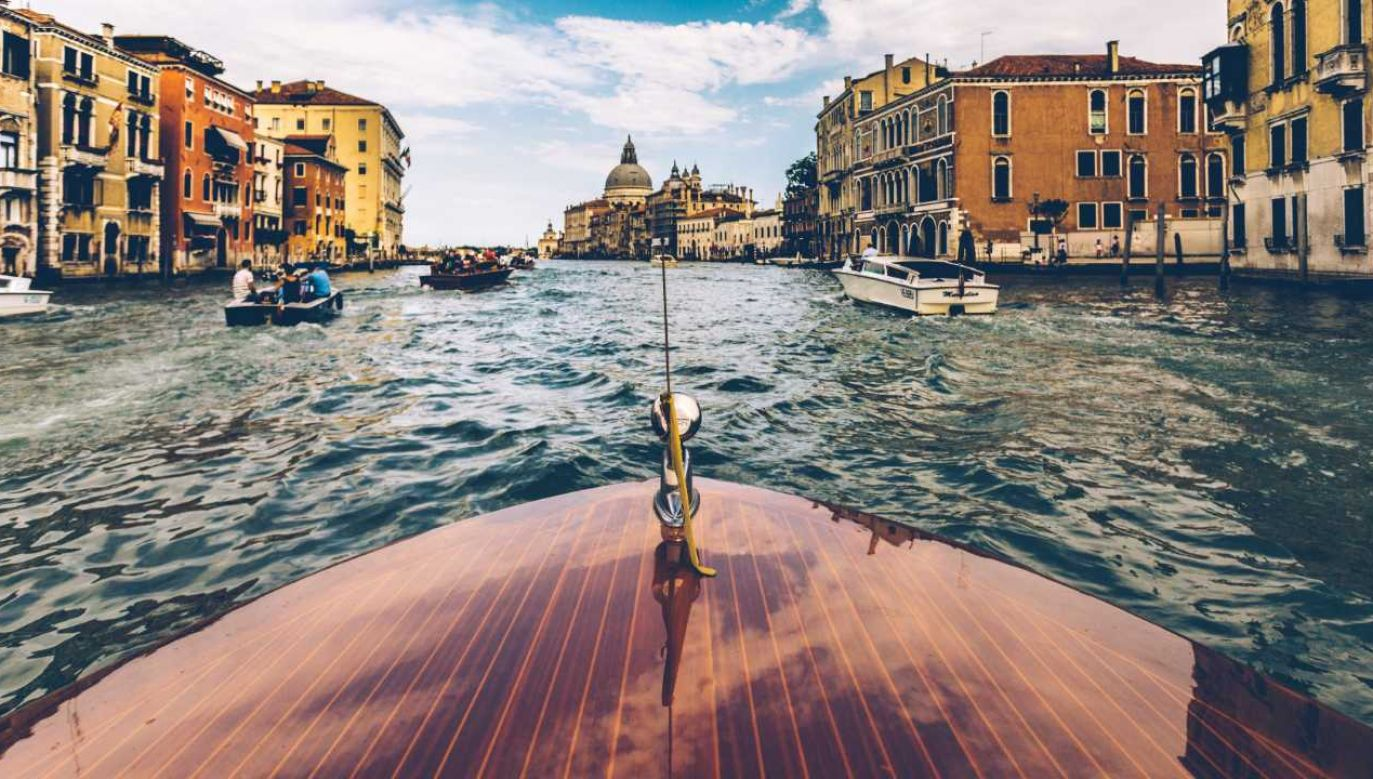 """""""Sieć bibliotek Wenecji"""" – tak oznakowana jest łódź pływająca po tamtejszych kanałach (fot. Pexels)"""