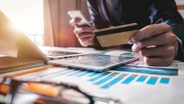 Kto może skorzystać z wakacji kredytowych? (fot. Shutterstock/mrmohock)