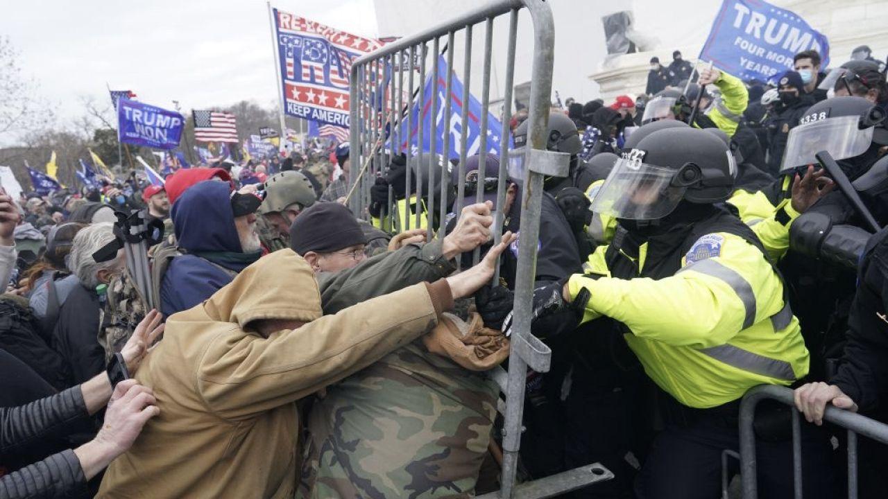 Do zamieszek na Kapitolu doszło 6 stycznia (fot. Kent Nishimura/Los Angeles Times via Getty Images)