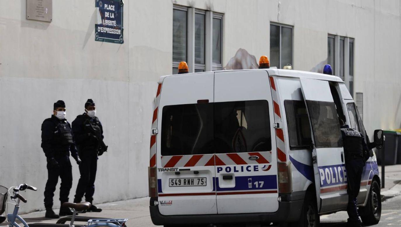 Francuscy policjanci stoją na straży przed byłymi biurami Charlie Hebdo (fot. PAP/EPA/IAN LANGSDON)