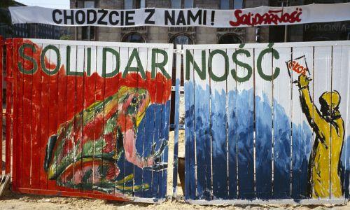 Ogrodzenie metra w Warszawie, budowanego w PRL przez wiele lat, a w maju 1989 roku  ozdobionego rysunkami popierającymi kandydatów Solidarności do tzw. sejmu kontraktowego. Fot. Bernard Bisson / Sygma via Getty Images