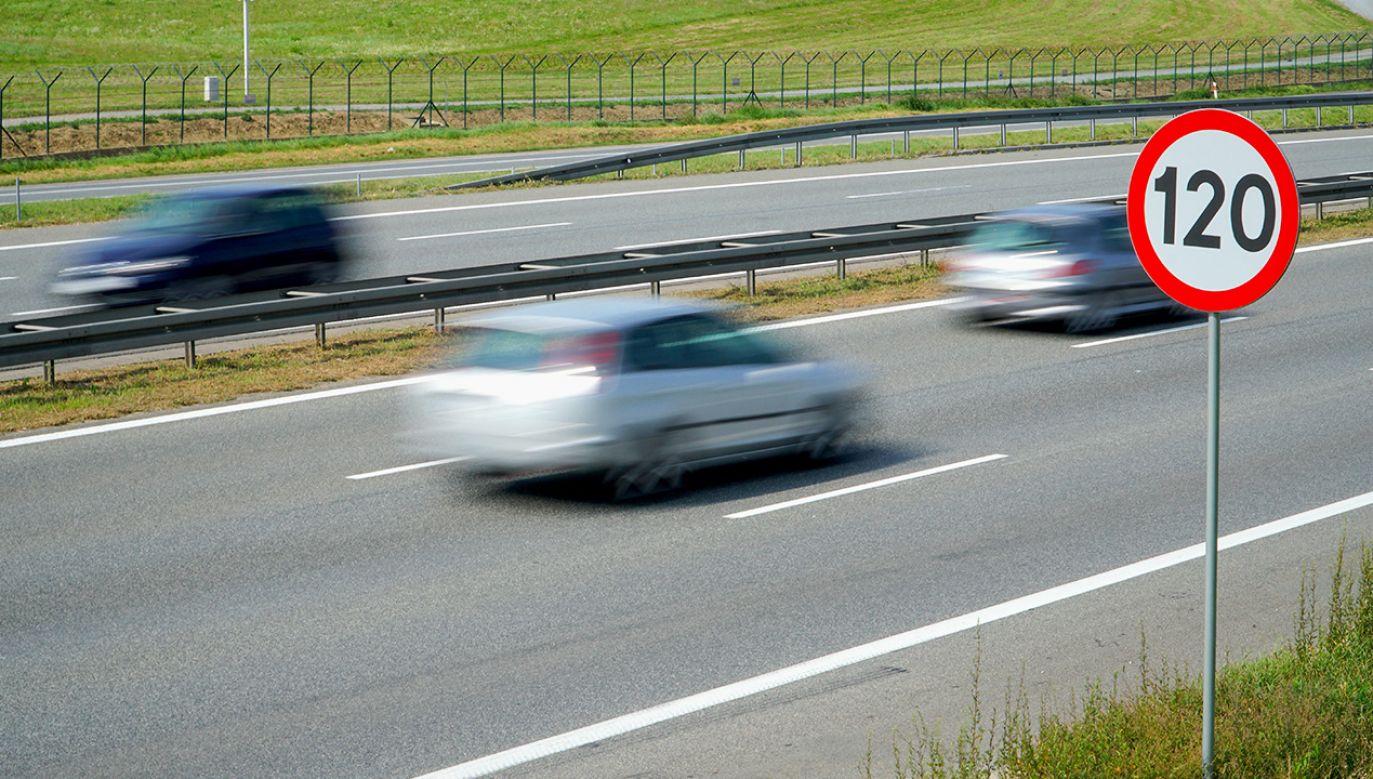 Według danych aż 27–45 proc. kierowców jeździ za szybko (fot. Shutterstock/travellifestyle)