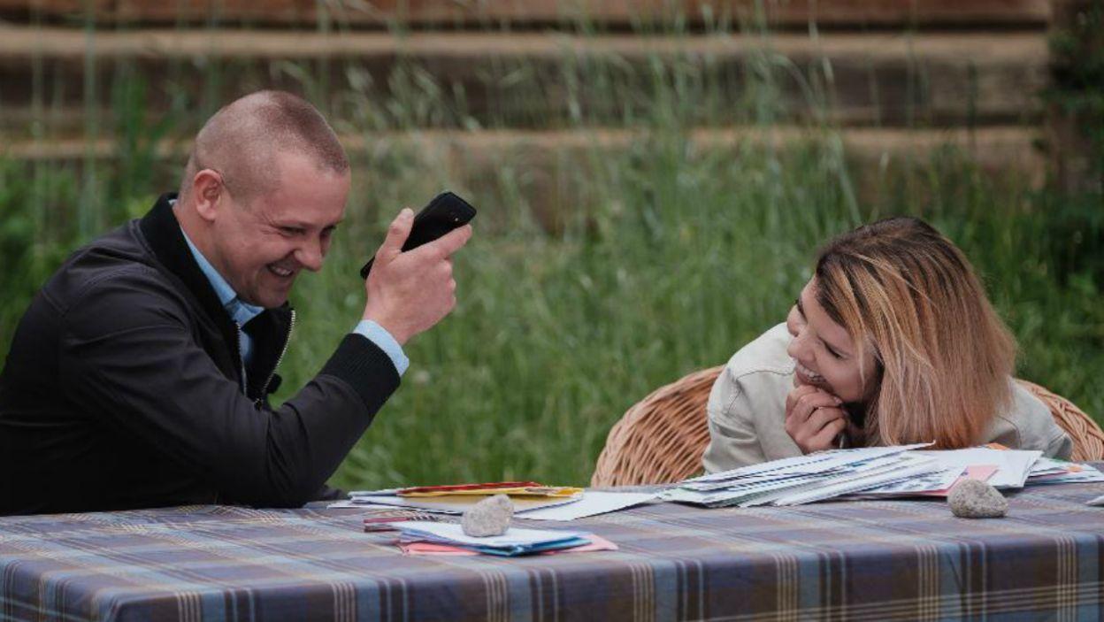 Marta Manowska lubi robić niespodzianki. Na pewno są nimi spontaniczne telefony do autorek listów (fot. TVP)