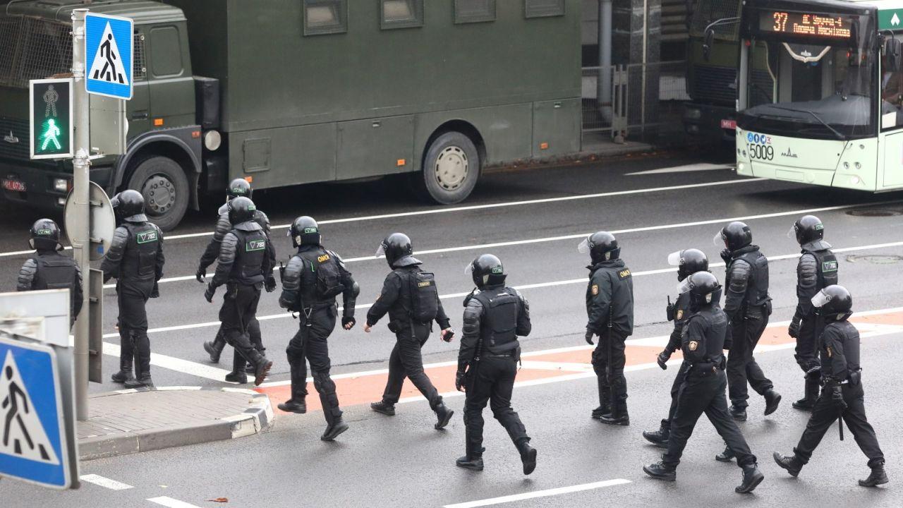 OMON zatrzymywał demonstrujących w Mińsku (fot. PAP/EPA/STR)