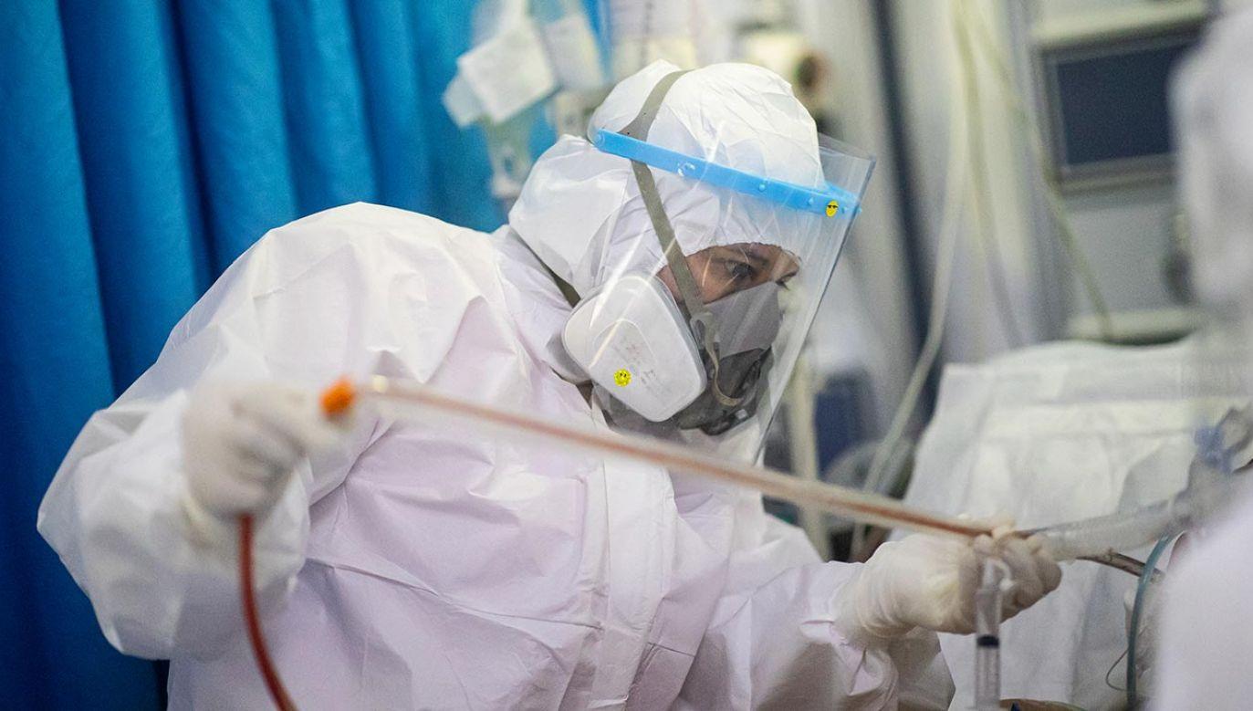 Kobieta odwiedziła punkt drive-thru działający przy Szpitalu Specjalistycznym w Pile (fot. Hector Vivas/Getty Images)