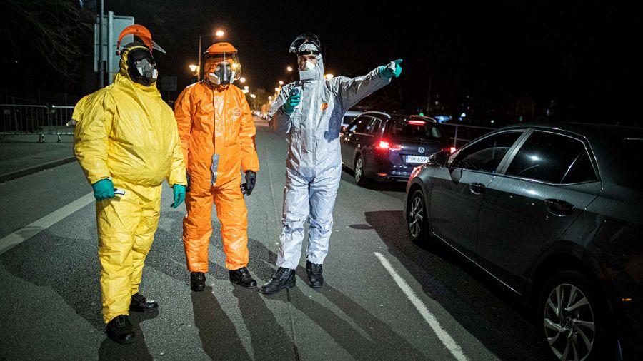 Epidemia koronawirusa. Po mieście jeździ czarny ford i