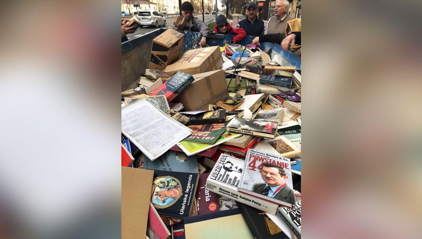 W mediach opublikowano zdjęcia kontenera wypełnionego publikacjami (fot. Facebook/Franciszek Bojańczyk)