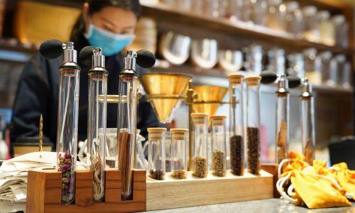 Apteka tradycyjnej medycyny chińskiej należąca do Tongrentang Group, która otworzyła Tongrentang Cafe w dzielnicy Chaoyang w Pekinie, aby sprzedawać herbatę i kawę z tradycyjnymi ziołami. 15 listopada 2020 r. Fot. VCG / VCG via Getty Images