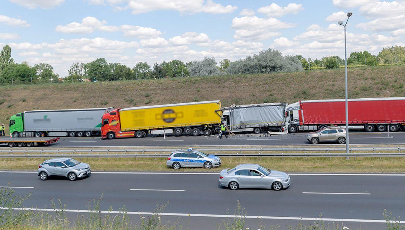 W wypadku brały udział trzy ciężarówki, bus i dwa samochody osobowe (fot. PAP/Jakub Kaczmarczyk)