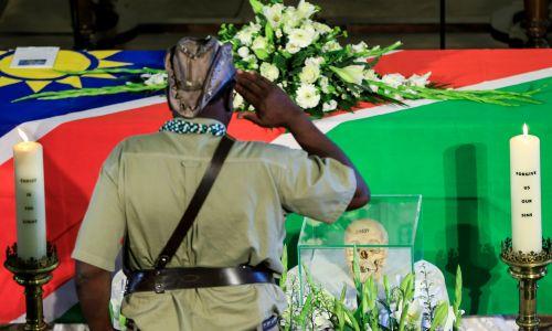 Namibijczycy licznie przybyli do Berlina, aby odebrać szczątki swoich przodków. Fot. Abdulhamid Hosbas/Anadolu Agency/Getty Images