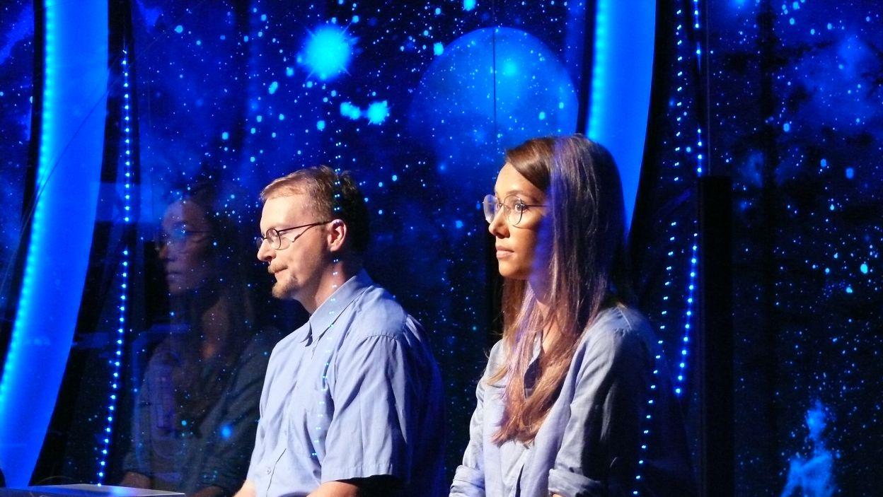 W dużym skupieniu zawodnicy 8 odcinka 121 eydji oczekują pierwszego pytania w programie