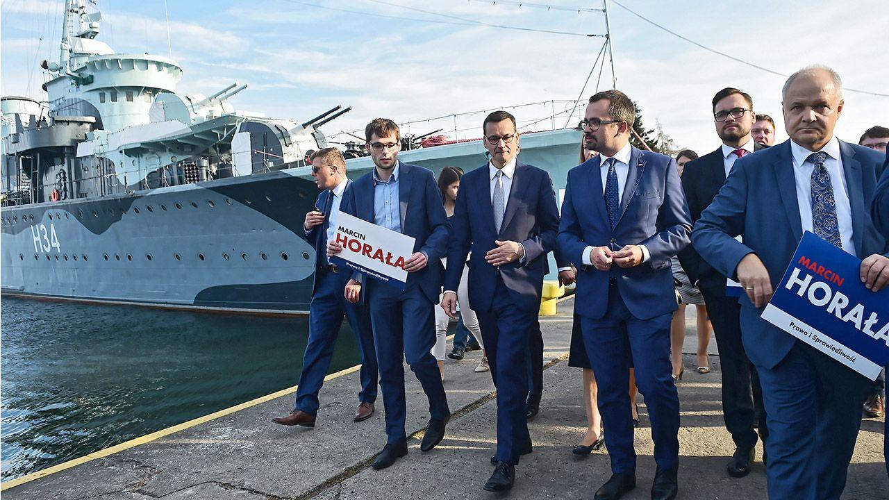 Premier Mateusz Morawiecki (C-L) i kandydat PiS na prezydenta Gdańska Marcin Horała (C-P) podczas spotkania wyborczego PiS w Gdyni (fot. PAP/Marcin Gadomski)