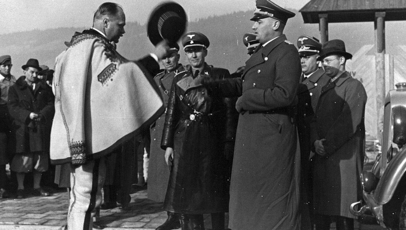 Wacław Krzeptowski witający w  Zakopanem generalnego gubernatora Hansa Franka (fot. NAC)