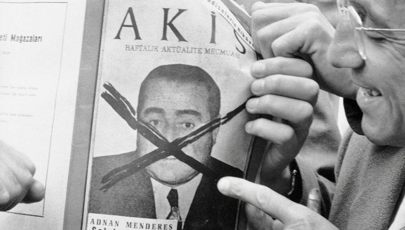 """Ludzie na ulicy trzymają egzemplarz magazynu """"Akis"""", na okładce którego znajduje się zdjęcie odsuniętego premiera Turcji Adnana Menderesa przekreślone """"x"""" (fot. James Burke/The LIFE Picture Collection via Getty Images)"""