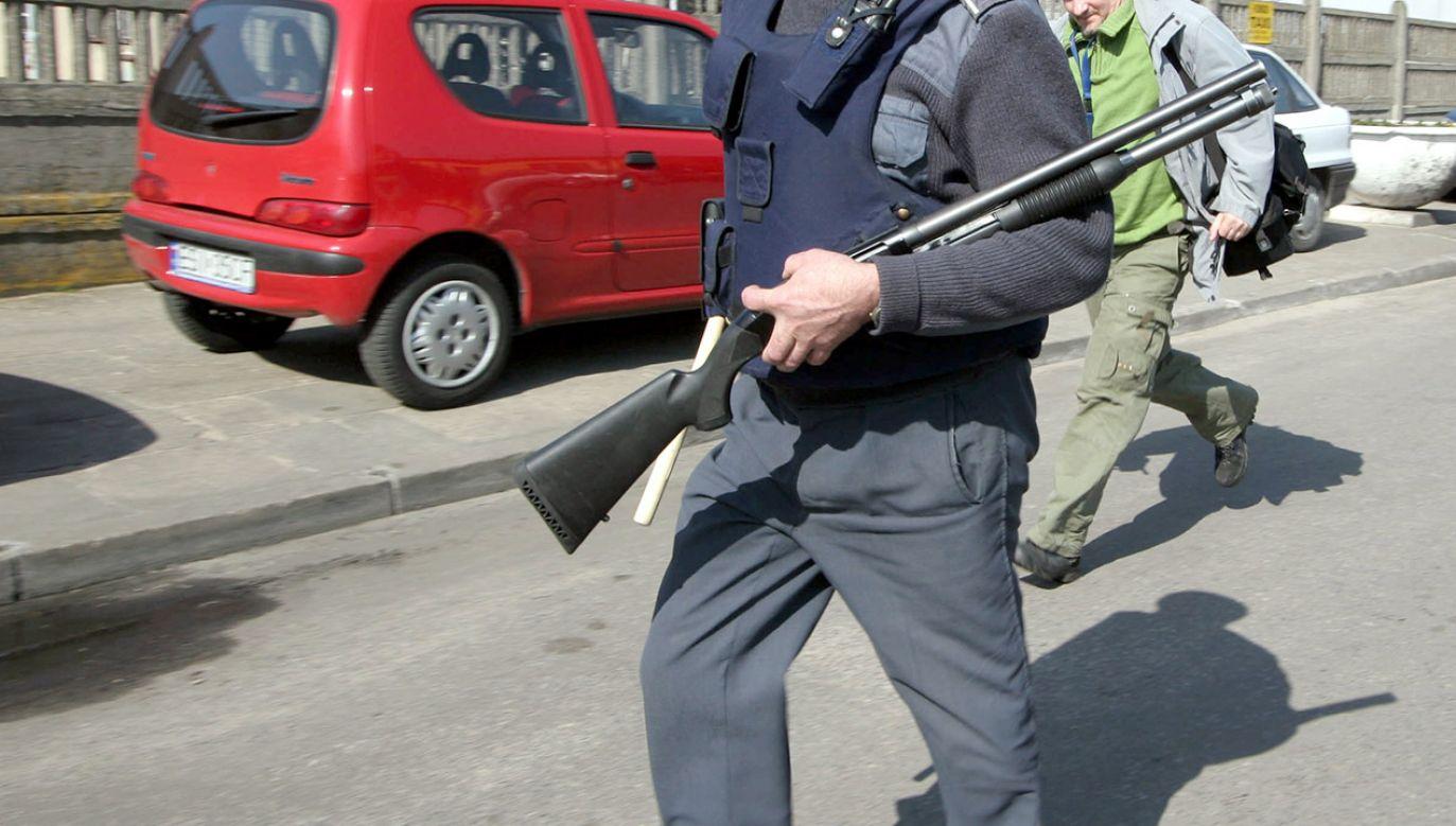 Policjanci przegonili zamaskowanych kiboli, którzy urządzili zasadzkę na konkurentów (fot. arch.PAP/Tomasz Wojtasik, zdjęcie ilustracyjne)