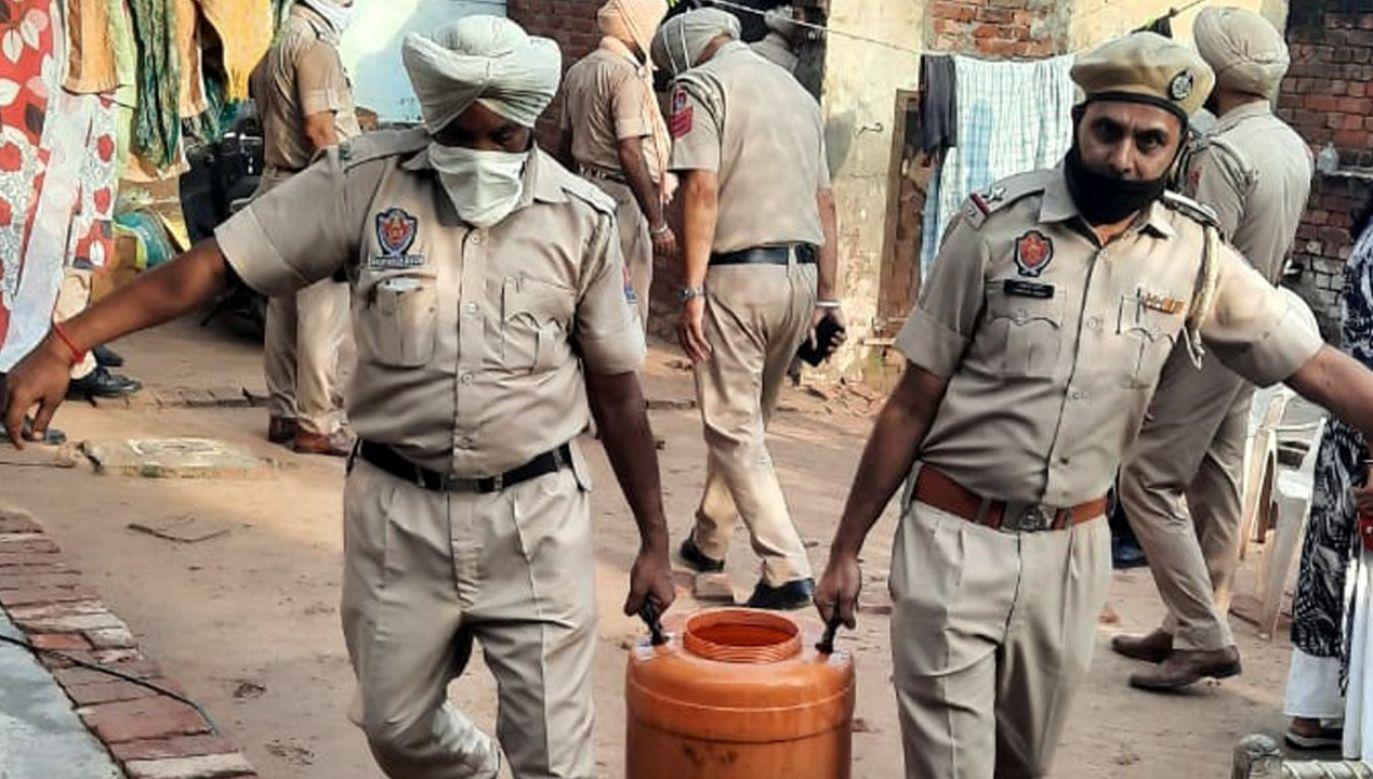 Indyjska policja rekwirująca nielegalnie wyprodukowany alkohol (fot. Bharat Bhushan/Hindustan Times via Getty Images)
