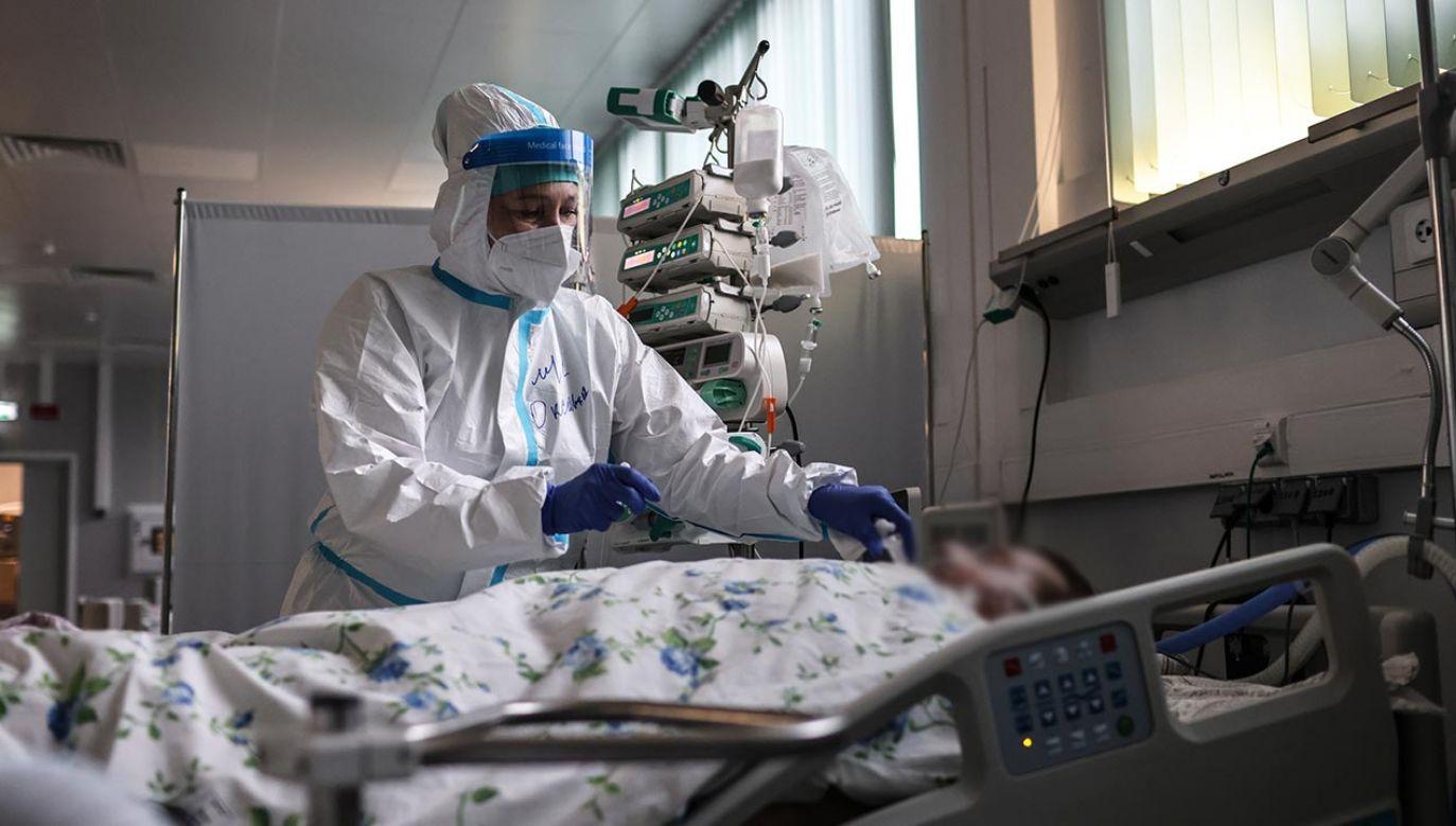 Naukowcy uważają, że negatywne skutki utrzymują się nawet 3 miesiące po przebyciu choroby  (fot. Sergei Savostyanov\TASS via Getty Images)