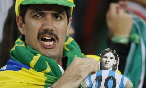 Mecz piłki nożnej Argentyna kontra Meksyk w drugiej rundzie Mistrzostw Świata FIFA. Fan wbija szpilki w lalkę Voodoo przedstawiającą argentyńską sławę futbolową Lionela Messiego. Stadion w Johannesburgu, RPA 2010. Fot. REUTERS/ Action Images / John Sibley