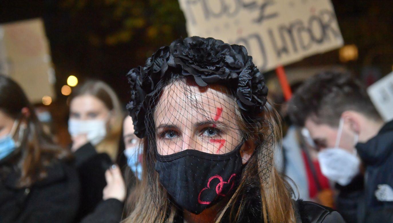 Organizatorzy wezwali osoby zgromadzone na Placu Wilsona do rozejścia się (PAP/Radek Pietruszka)