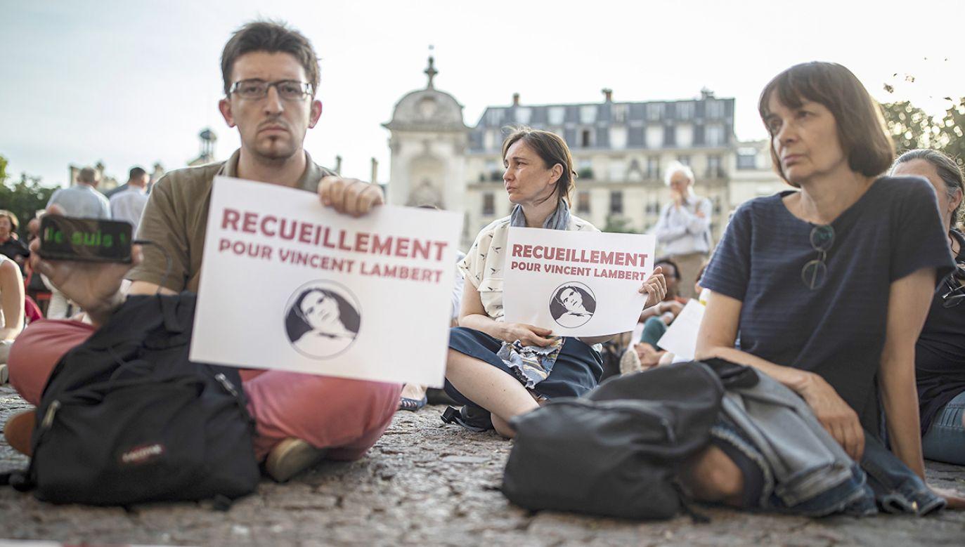 Decyzja o eutanazji Vincenta Lamberta podzieliła nie tylko jego rodzinę; wiele osób manifestowało swój sprzeciw (fot. PAP/EPA/IAN LANGSDON)