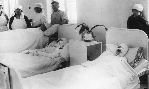 Przy ul. Leszno otwarto w 1913 roku szpital Szlenkierów, pierwszy dziecięcy leczący bez względu na wyznanie i pochodzenie. Na południe wybudowano w latach 1894-1902 Szpital Starozakonnych, na terenie majątków Wielka Wola i Czyste. Był najnowocześniejszy i największy szpital w Warszawie, wzorowany na szpitalach z zachodniej Europy. Przed wybuchem II wojny liczył 1500 łóżek, zatrudniał 147 lekarzy i 119 pielęgniarek. Na zdjęciu sala chorych w Szpitalu Starozakonnych, 1926 rok. Fot. NAC/IKC, sygn. 1-C-688