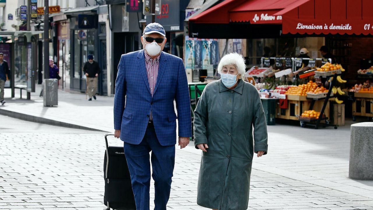 Od września 65-latkowie i starsi się zapisać na przyjęcie trzeciej dawki (fot. Chesnot/Getty Images)