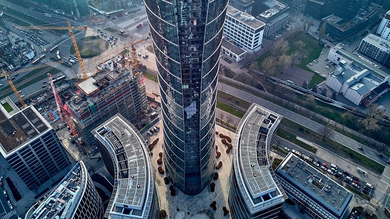 Większość ewakuowanych oczekuje pod wieżowcem na dalszy bieg wypadków (fot. Shutterstock/udmurd)