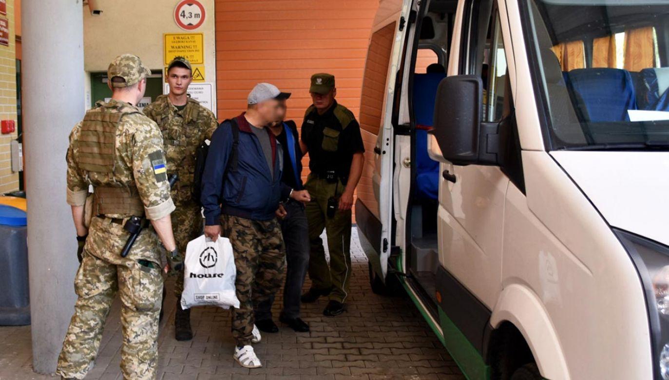 Przekazanie obywateli Afganistanu służbom granicznym Ukrainy (fot. Bieszczadzki Oddział Straży Granicznej)