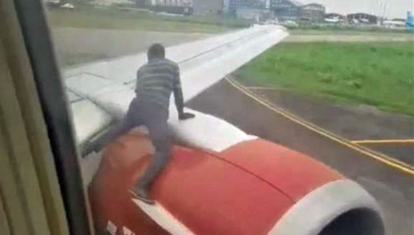 Pasażer na gapę został aresztowany (fot. YT/News Daily)