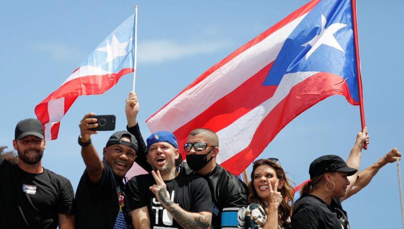 Protestujący nieśli setki flag tego karaibskiego kraju (fot. REUTERS/Marco Bello)
