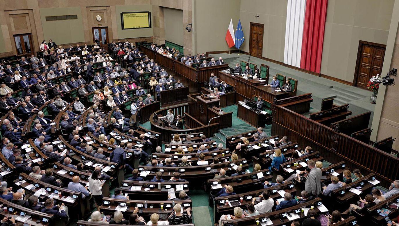 Nowy sondaż poparcia dla partii (fot. PAP/Mateusz Marek)
