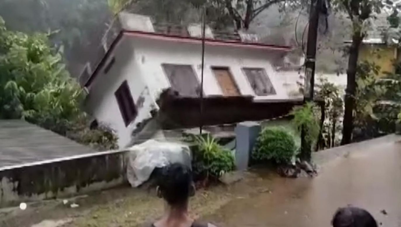 Dom wpadł do wezbranej rzeki (fot. Twitter)