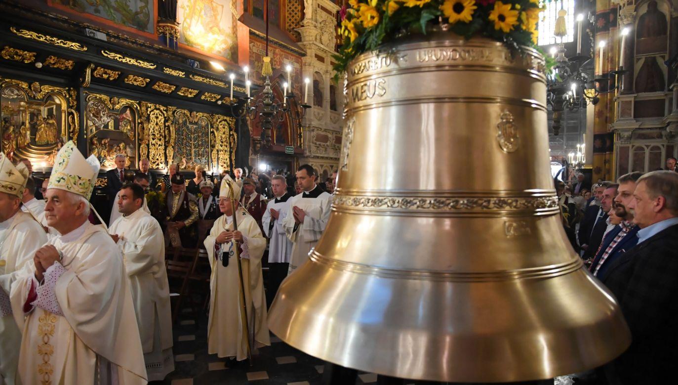 Metropolita krakowski, abp Marek Jędraszewski poświęcił w bazylice Mariackiej, dzwon św. Józefa z Nazaretu (PAP/Jacek Bednarczyk)