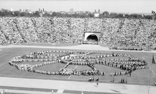 Warszawa, 08 września 1968 r. Uroczyste obchody święta plonów na Stadionie Dziesięciolecia. W tym dniu aktu samospalenia dokonał Ryszard Siwiec. Fot. PAP/CAF/Henryk Rosiak