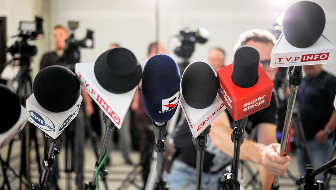 """""""Za chwilę dziennikarz nie będzie mógł nawet przyjrzeć się otrzymanej informacji, bo okaże się, że źródło zrobiło coś nieetycznego"""" (fot. arch. PAP/Leszek Szymański)"""