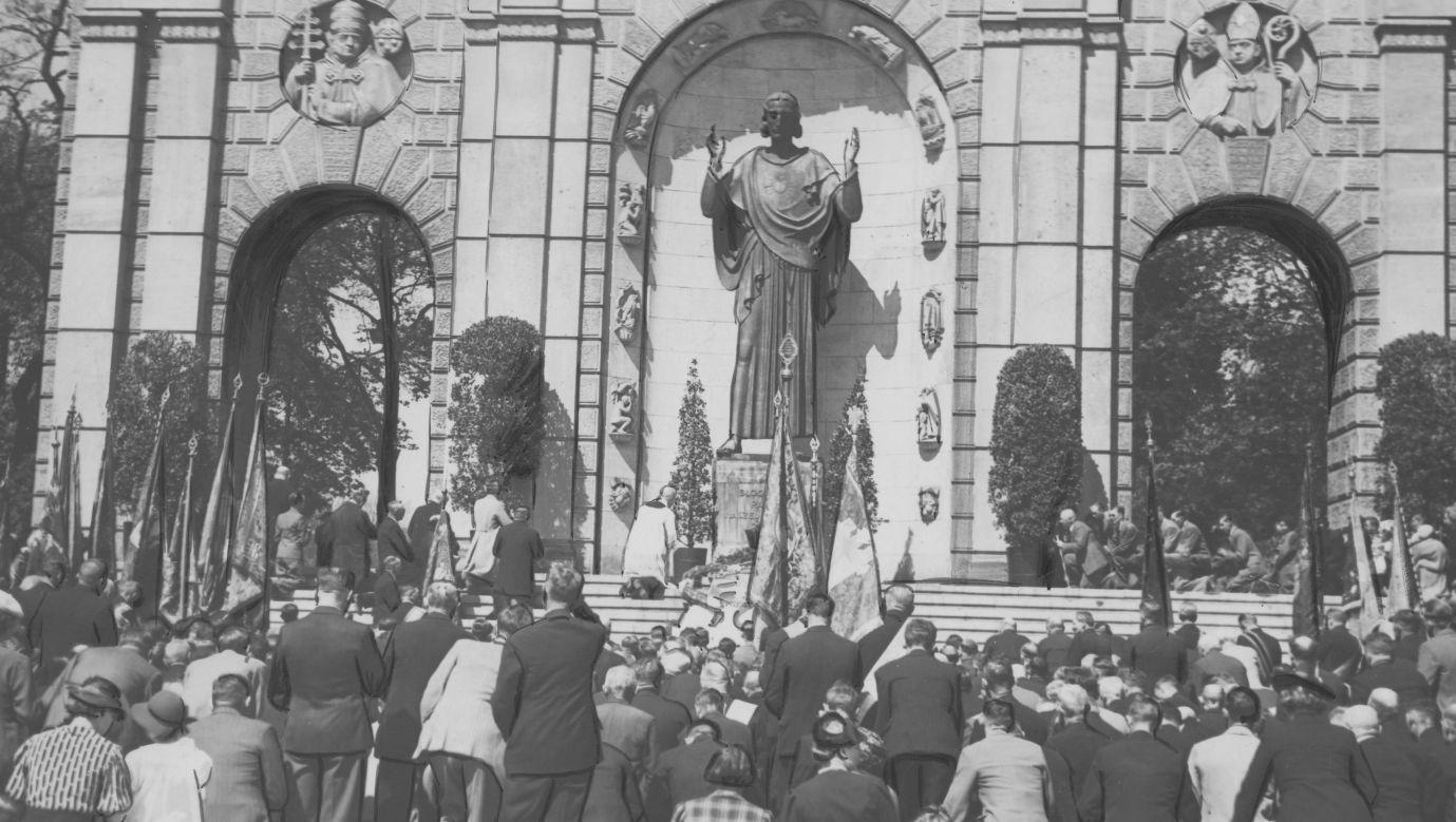 Rok 1938. Uroczystości państwowe przed Pomnikiem Wdzięczności (ku czci Serca Jezusowego). Fot. NAC/IKC