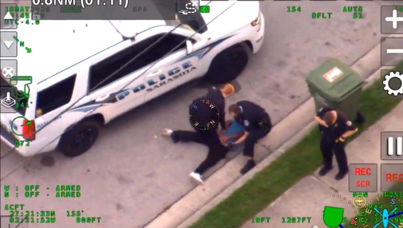 Policjant przyduszał 27-letniego Afroamerykanina podczas jego aresztowania (fot. Sarasota Police Department)