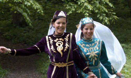 Wśród młodzieży dużym zainteresowaniem cieszy się zespół taneczno-wokalny Buńczuk, upowszechniający tradycję tatarskich tańców i strojów ludowych.  Na zdjęciu dziewczęta z zespołu tatarskiego