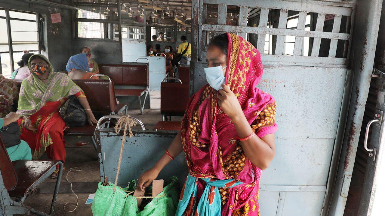 Eksperci obawiają się wystąpienia w Indiach kolejnych niebezpiecznych wariantów koronawirusa (fot. PAP/EPA/PIYAL ADHIKARY)