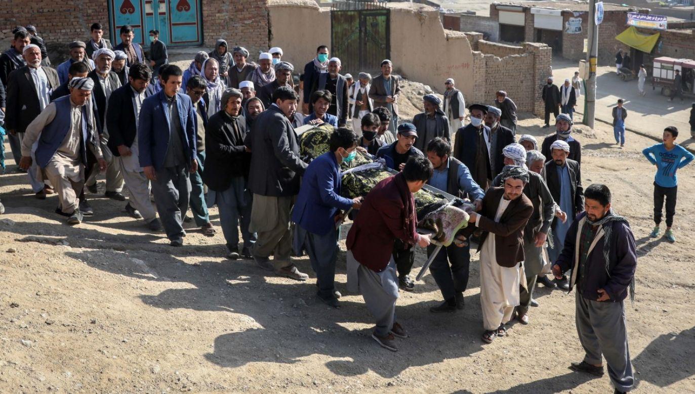 Pogrzeb jednej z ofiar zamachu bombowego na szkołe w zachodniej części Kabulu (fot. PAP/EPA/HEDAYATULLAH AMID)