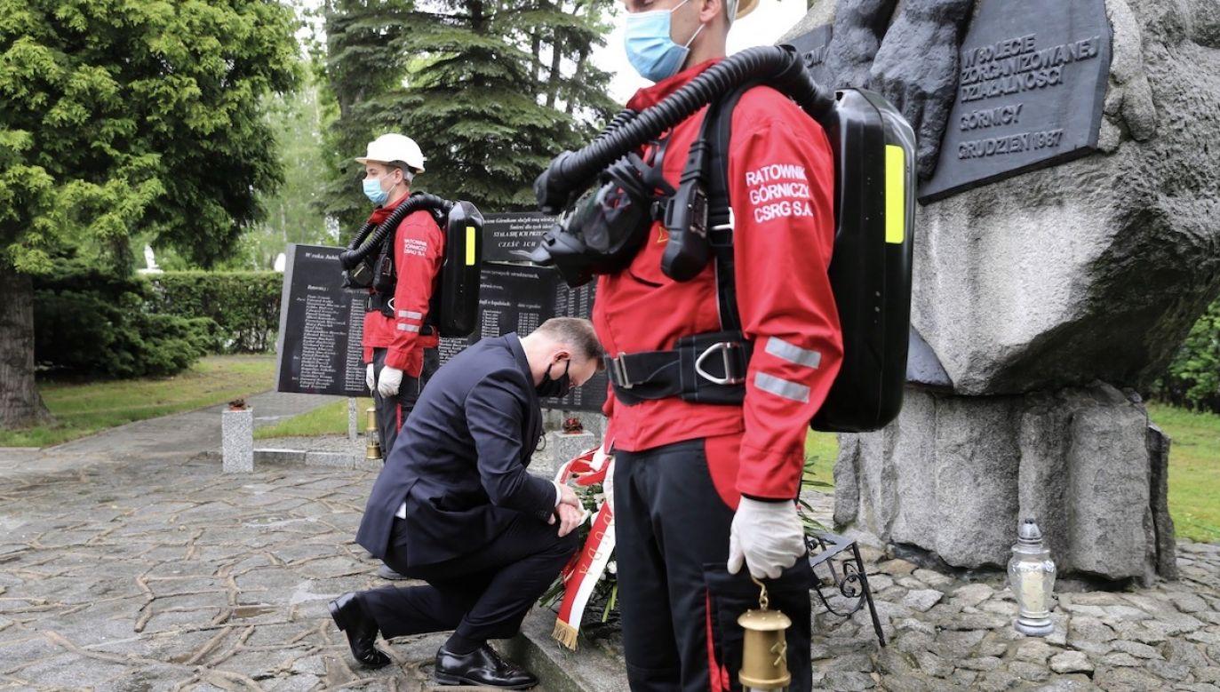 Prezydent RP Andrzej Duda (C) składa kwiaty przed pomnikiem Ku Czci Poległych na Służbie Ratowników Górniczych w Centralnej Stacji Ratownictwa Górniczego w Bytomiu (fot. PAP/Andrzej Grygiel)