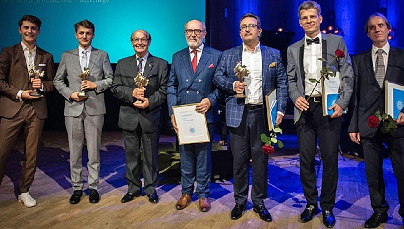 Laureaci otrzymali statuetkę Koryfeusza autorstwa prof. Adama Myjaka (fot. mat.pras.)