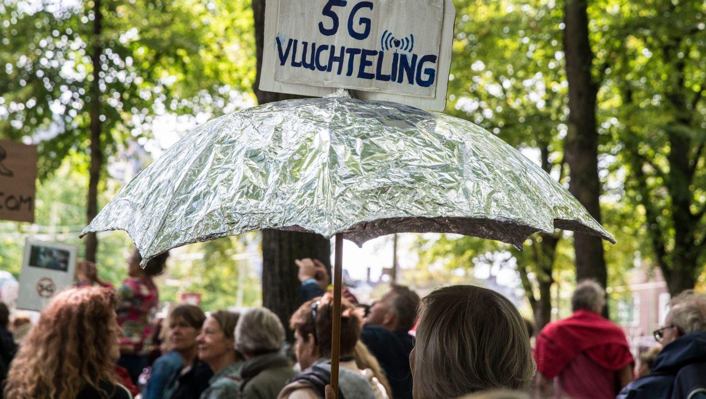 Protestujący przeciwko sieci 5G w Hadze przynieśli parasolkę z aluminiowej folii mającej chronić przed szkodliwym polem elektromagnetycznym. Fot.  Michel Porro/Getty Images