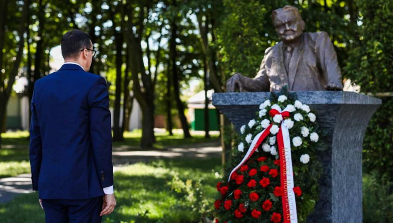 Premier Mateusz Morawiecki przy pomniku b. premiera Jana Olszewskiego w Okuniewie (fot. Twitter/KPRM)