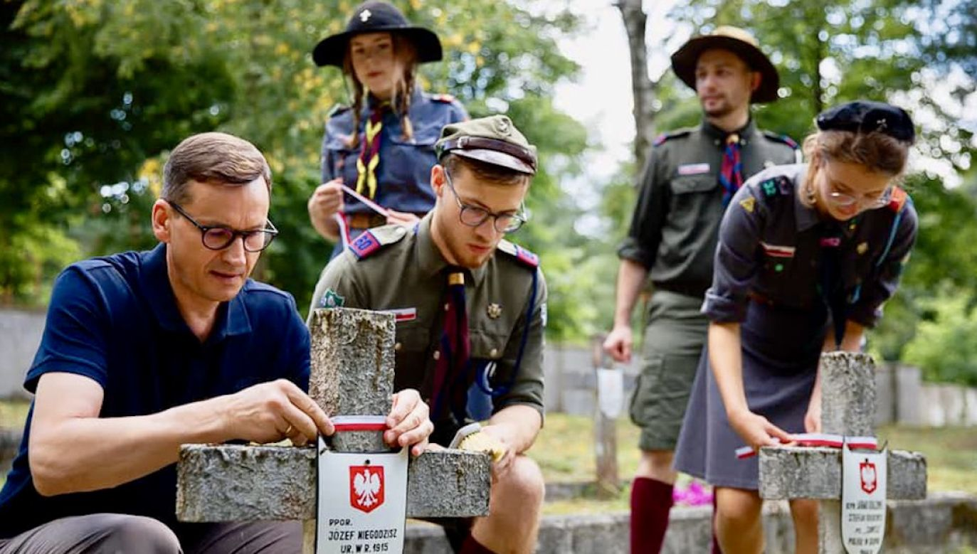 Premier Mateusz Morawiecki z harcerzami (fot. FB/Mateusz Morawiecki)